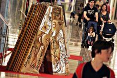 El Centro de Ocio y Comercio Aragonia acoge durante todo el mes de mayo las letras A, logotipo del centro, que el pasado fin de semana personalizaron diez artistas aragoneses, cada uno a su estilo. Una figura de madera de metro y medio de altura que los creadores decoraron a base de graffiti, pintura o ganchillo, entre otras técnicas. Graffiti, Logo, Zaragoza, Past Tense, Centre, Events, Lyrics, Crocheting, Pintura