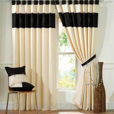 Es una cortina plisada color crema con  rayas negras para el dormitorio.
