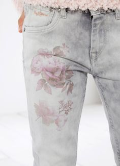 Love these jeans Denim Ideas, Denim Trends, Embellished Jeans, Embroidered Jeans, Pepe Jeans, Denim Fashion, Fashion Outfits, Painted Jeans, Mode Boho