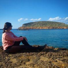 El Mediterráneo tiene paisajes de gran belleza, como el de Cala Comte en Ibiza. ¿Cuál es tu rincón preferido del Material Nostrum?   #ibiza #ibizatravel #baleares #balearicislands #cyltb #bcntb #mediterraneo #isla #island #mar #sea #marenostrum #postureo #photoftheday #vacaciones #weekendtrip #weekend #trip #traveler #dametraveler #femmetravel #finde #felizdomingo #happysunday #sunny