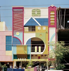 This town: Tirunamavalai in South India! It looks like an Etore Sottsass Memphis Milano dreamscape, doesn't it? (What is Memphis Milano? Post Modern Architecture, Architecture Design, Indian Architecture, Architecture Geometric, Architecture Panel, Architecture Office, Futuristic Architecture, Sustainable Architecture, Residential Architecture