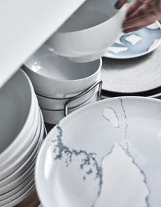 Plates and bowls stored in a deep drawer. Kitchen Organisation, Organization, Organisation Ideas, Plates And Bowls, Living Room Kitchen, Getting Organized, Home Furnishings, Tableware, Kitchen Ideas