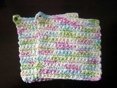 Free crochet pattern for a pair of quick and easy pot holders. Great for gift giving!!