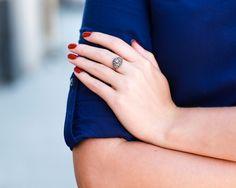 Granatowa sukienka, czerwone paznokcie, pierścionek vintage z diamentami.