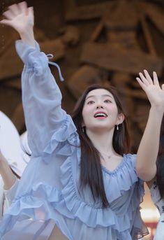 Irene-Redvelvet 190426 VLive V Heartbeat Fansign in vietnam Red Velvet Joy, Red Velvet Irene, Seulgi, Kpop Girl Groups, Kpop Girls, Aesthetic People, Kpop Outfits, Ulzzang Girl, Asian Beauty