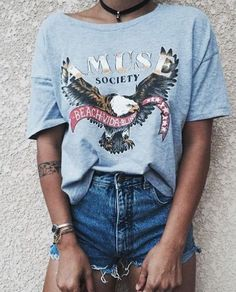 Vintage style, short jeans and a printed tee - LadyStyle