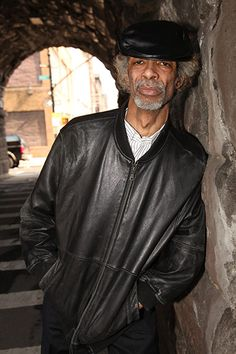 The musician and poet Gil Scott-Heron has died at the age of Here is a look back at his life Black Music Artists, Gil Scott Heron, Black Actors, Black Celebrities, Vintage Black Glamour, Old School Music, Soul Singers, Music Images, Music Photo