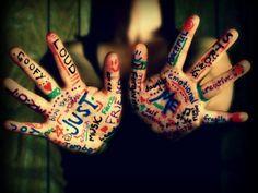 Woorden hebben kracht. Ondersteun jezelf extra door ze in de kleur te schrijven die jij nodig hebt. Opvallend op je handen zoals hier, of lekker voor jezelf weggestopt onder bijvoorbeeld je sokken :)