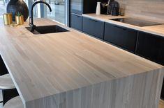 Mørkt kjøkken med lys, ask brunkjerne heltre benkeplater | Corinor New Kitchen, Kitchen Design, Cottage, Cabin, House, Inspiration, Furniture, Home Decor, Kitchens