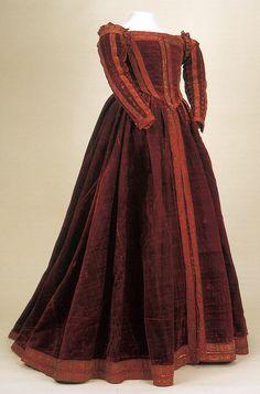 Rare Example of 16th Century Italian Gown  Museo di Palazzo Reale, Pisa, Italy  Photo Credit: Moda A Firenze 1540-1580