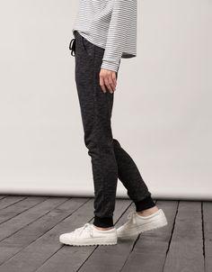 Basic Hose BSK Frottee Umschlag am Saum. Entdecken Sie diese und viele andere Kleidungsstücke in Bershka unter neue Produkte jede Woche