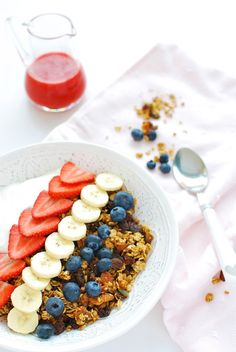 This gorgeous homemade granola is packed full of goodness to keep you feeling great all day long! Make it on a Sunday night and you'll have an easy, delicious breakfast for the whole week | emnzest.com