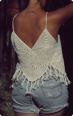 Bom dia....muito calor por aqui, esta primavera verão promete, achei este  Top , um modelo bem fácil e rápido de crochetar, com gráfico ach... Tops A Crochet, Crochet Crop Top, Crochet Granny, Love Crochet, Crochet Lace, Crochet Bikini, Knitting Projects, Crochet Projects, Knitting Patterns
