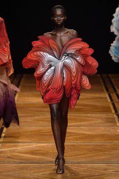 Iris van Herpen Spring 2019 Couture Fashion Show - Vogue Iris Van Herpen, Vogue Paris, Fashion Art, Trendy Fashion, Fashion Show, Fashion Design, Fashion Textiles, Emo Fashion, Gothic Fashion