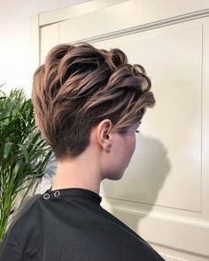 Betoverende A-Symetrische Kapsels! - Korte Kapsels - Betoverende A-Symetrische Kapsels! Pixie Hairstyles, Pixie Haircut, Cool Hairstyles, Short Grey Hair, Short Hair Cuts For Women, Shot Hair Styles, Curly Hair Styles, Long Bob Pixie, Androgynous Hair