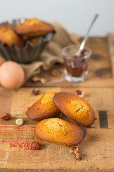 Des madeleines bien moelleuses, à la poudre de noisettes, farine d'épeautre semi-complète et au coeur gourmand chocolaté !