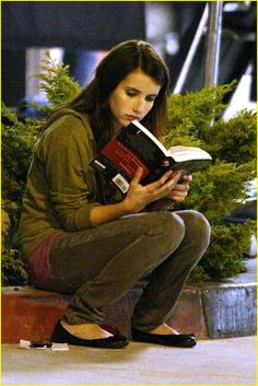 Emma Roberts reads a Twilight book @RobertsEmma