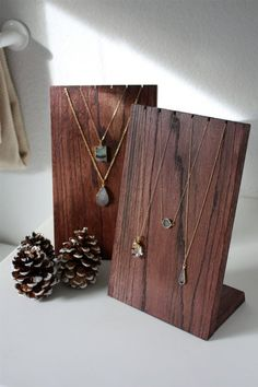 Collar hecho a mano de madera de soporte de exhibición amiedelicatedesigns:                                                                                                                                                      Más