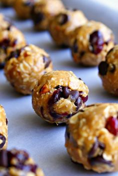 Chocolate Cranberry Almond Oatmeal Bites from The Two Bite Club. Easy, delicious, no-bake Breakfast Recipes, Snack Recipes, Dessert Recipes, Cooking Recipes, Desserts, Breakfast Ideas, Healthy Sweets, Healthy Snacks, Healthy Recipes