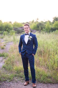 Navy blue suit for groom and light brown sandy shoes make a statement.
