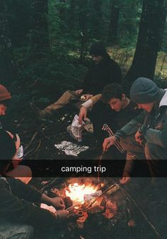 Dear Future Husband, c-a-m-p-f-i-r-e song ;) a group of friends around a campfire sounds good to me. - JEHDear Future Husband, c-a-m-p-f-i-r-e song ;) a group of friends around a campfire sounds good to me. Camping Photography, Indie Photography, Mountain Photography, Summer Aesthetic, Camping Aesthetic, Teenage Dream, Go Camping, Camping Friends, Camping Kitchen