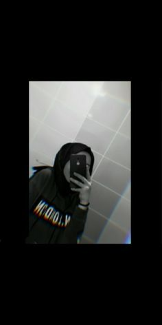 Teenage Girl Photography, Fashion Photography Poses, Tumblr Photography, Wallpaper Tumblr Lockscreen, Emoji Wallpaper Iphone, Cute Girl Photo, Girl Photo Poses, Stylish Hijab, Girl Hiding Face