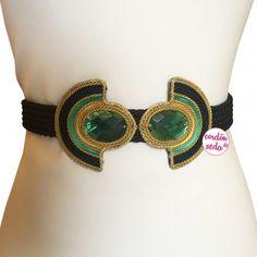 Sethos negro, fajín negro, oro y verde con piedras verdes en el detalle central. Terminación posterior con cadena y borlón de adorno a tono.