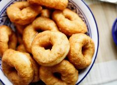 Sfenj (Marokkaanse donuts) | Kookmutsjes Donuts, Iftar, Churros, Diy Food, Bagel, Doughnut, Smoothies, Good Food, Sweets