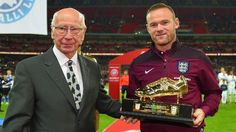 Wayne Rooney máximo goleador histórico de Inglaterra - El pasado y presente en una sola foto. Wayne Rooney  (50 goles) recibió un botín de oro como reconocimiento por ser el máximo goleador de Inglaterr...