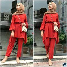 hijab jeans #hijab jeans #hijab YENI SEZONU ACTIK!!!! Bu sezonda bizimlesiniz!!! Takim şıklığı S-M-L beden Krep kumaş Siyah ve kiremit L Beden 4... Modest Fashion Hijab, Casual Hijab Outfit, Hijab Chic, Casual Outfits, Fashion Outfits, Hijab Dress, Abaya Fashion, Modest Outfits, Dress Pants