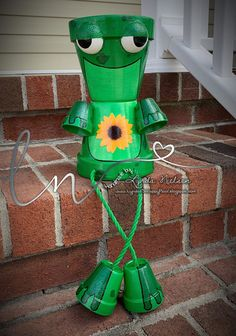 I've decided to keep my adorable hand painted flower pot people photos here. This gives me a place to share the Flower Pots that I've done. Clay Pot Projects, Clay Pot Crafts, Diy Clay, Frog Crafts, Shell Crafts, Painted Clay Pots, Painted Flower Pots, Hand Painted, Painted Pebbles