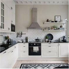 Не нужно бояться светлой, в частности, белой кухни! Это не только очень стильно и красиво, но еще и практично: ведь, используя светлые оттенки для кухни, вы визуально расширите свое пространство, кухня будет казаться большей по площади, более просторной, более светлой. Светлые оттенки фасадов дают уникальную возможность декора яркими стильными аксессуарами. Очень изыскано смотрится белая кухня с черной глянцевой столешницей. 👌 Выбирайте скандинавский стиль в дизайне кухни и ен прогадаете…