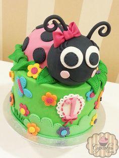 Ladybug Cake Now that's a ladybird cake! No mistake! Unique Cakes, Creative Cakes, Fondant Cupcake Toppers, Cupcake Cakes, Fancy Cakes, Cute Cakes, Beautiful Cakes, Amazing Cakes, Ladybug Cakes