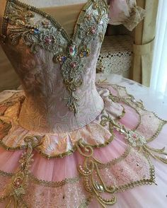 Idea to assist me with the use of clothes for adult party lesson now. Tutu Ballet, Ballerina Tutu, Ballet Dancers, Ballerina Dancing, Pretty Dresses, Beautiful Dresses, Viktorianischer Steampunk, Ballet Russe, Pink Tutu