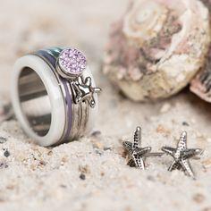 iXXXi Jewelry ist ein hochwertig, trendiges Wechselring-Schmucksystem aus Edelstahl. Es besteht aus einem Basisring mit Zierringen, Armbändern, Fussketten, Halsketten, Ohrringen und Sonnenbrillen, die in vielen Farben zusammengesetzt und kombiniert werden können. Da es eine Männer und eine Frauen-Kollektion gibt, ist es ein perfektes Geschenk, das jederzeit durch einen Zierring erweitert und verändert werden kann. Starfish Earrings, Summer Paradise, Lilac, Purple, Summer Feeling, Stainless Steel Jewelry, Personal Style, Rings For Men, Silver Rings