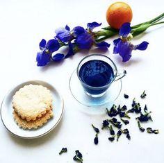 """今、タイで人気の青いハーブ""""バタフライピー""""をご存知でしょうか。この青い花をハーブティーとして飲用すると、アンチエイジング効果があるということで、タイの女性の間で人気があるそう。青い食べ物は、日本では少し馴染みがないと思いますが、とっても綺麗なので、ネクストトレンド?!ということでご紹介します。"""