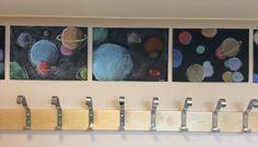 Planeetat pastelliliitu, taululiitu, harppi, musta paperi, fiksatiivi Planets…