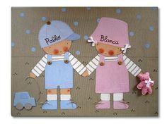 Cuadro infantil: hermanitos de la mano - Cuadro pintado a mano Bastidor de madera de 61 x46 cm, entelado con lino color piedra Motivo: Niño y niña de la mano. Aplicaciones: bolsillos y gorra de tela, botones, cordones en los zápatos.