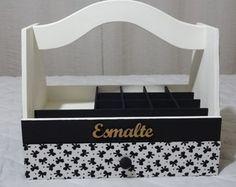 Porta Esmaltes Sewing Room Organization, Diy Box, Flower Boxes, Gift Baskets, Stencils, Diy And Crafts, Sewing Patterns, Vintage, Home Decor