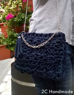 Bolsos de trapillo y complementos de crochet o ganchillo. Trapillo, lana, hilo. T Shirt Yarn, Yarn Projects, Learn To Crochet, Bag Accessories, Crochet Necklace, Shoulder Bag, Knitting, Sewing, Crocheted Bags