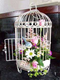 Spring porch decor ideas for 2020 that are sure to give you inspiration, whether your style is bright, shabby chic or vintage. Find the best designs! Bird Cage Centerpiece, Centerpieces, Diy Birdcage Flower Arrangement, Diy Flowers, Birdcage Decor, Floral Flowers, Spring Flowers, Wedding Flowers, Decoration Shabby