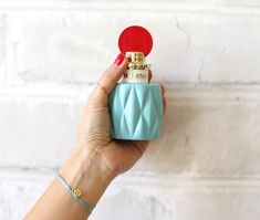 The first Miu Miu fragrance captures the spirit of the brand. The surprising combination of lily of the valley and the Akigalawood feels naturaland timeless in a very contemporary way. You can find thies perfume on douglas.eu
