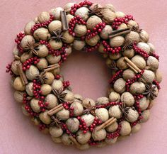 Věnec ořechový Celoroční dekorace.Průměr věnce je 25cm.Věnec je vyroben z vlašskýchořechů dozdoben červenými bobulkami,skořicí a badyánem.