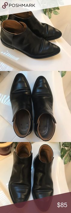 Everlane Modern Ankle Boot Amazing boots but a little loose for me. These are less narrow than everlane's other styles. If between sizes, I recommend taking the smaller size. However, I think they are basically tts. I'm between 6.5-7 and they fit well with thick socks. Would be perfect for a true size 7. These are in great condition but have some signs of wear so please look at pics closely. Heels are worn, but can most likely be taken to a cobbler. Some wear on leather, inner side of foot…