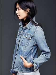 Stand out in cozy coats and jackets for women from Gap. Find women's outerwear from teddy coats and parkas to denim jackets and blazers in a variety of styles. 1950s Jacket Mens, Cargo Jacket Mens, Grey Bomber Jacket, Green Cargo Jacket, Leather Jacket, Jeans Gap, Blue Jeans, White Jeans, Blue Denim