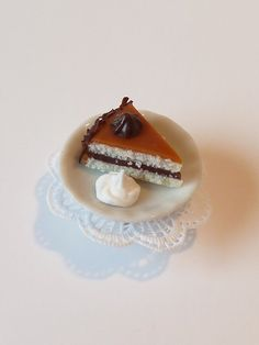 Polymer clay miniature cake jewelry. Caramel and by CreepyandCute, €9.50