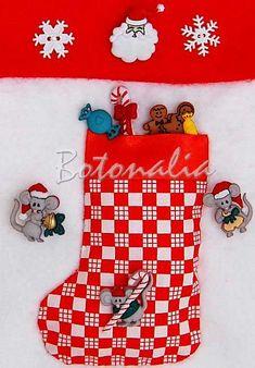 Esta es una botita navide�a decorativa creada para decorar un calcet�n de fieltro m�s grande. La botita lleva tambi�n unos botones decorativos muy originales con forma de ratoncitos navide�os que se llevan los regalos. Est� llena de caramelos que tambi�n son botones decorativos para patchwork y manualidades. En la parte superior puede verse un pap� noel y unso copos de nieve.