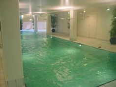 This 1 bedroom apartment rental in Chelsea, London, features an indoor swimming-pool access, a rarity in London!