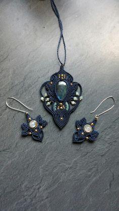 Pendentif et boucles d'oreilles en macramé et pierres fines. Sael création