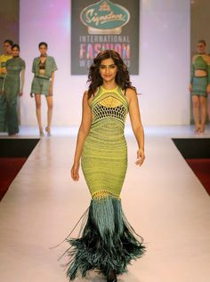 Sonam Kapoor Sexy #Cleavage Show In Net Dress At #Signature #International #Fashion Week 2013 | Kapoor Cleavage